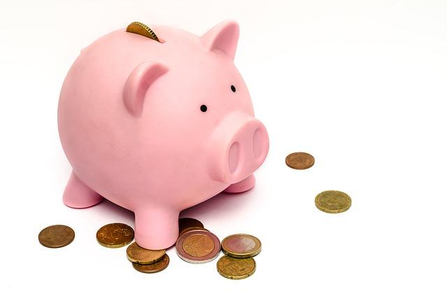 Rozbijanie skarbonki z pieniędzmi
