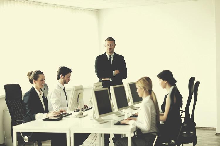pracownicy w biurze przy komputerach